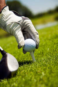 Hand_placing_golf_ball_on_tee_s600x