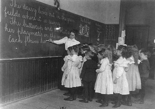 Locelementaryschoolchildrenstanding